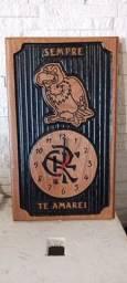 Relógio entalhado em madeira personalizados