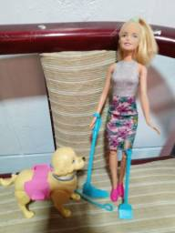 Título do anúncio: Barbie com cachorro que anda e faz coco