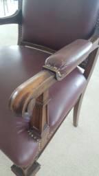 Título do anúncio: Cadeira / Poltrona, padrão diretoria em couro, fino acabamento.