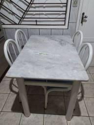 Mesa de mármore em perfeito estado com 4 cadeiras