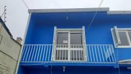 Aluga-se casa de dois quartos com garagem