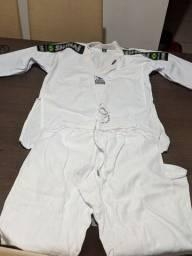 Vendo chuteira , fantasias e roupa Taekwondo