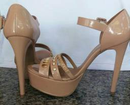 Sandália feminina Di Cristalli verniz com detalhes em metal e perolas meia pata salto fino