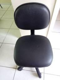 Cadeira estofada com rodízio