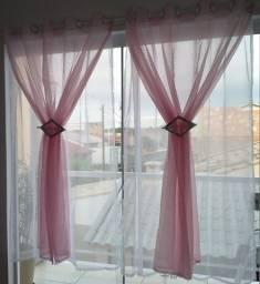 Cortina voil branca e rosa