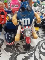 Título do anúncio: Boneco M&M na moto