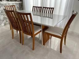 Mesa laqueada com cadeiras estofadas