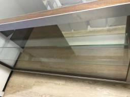 Armário de madeira com vidros