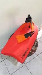 Bodyboard com pé de pato
