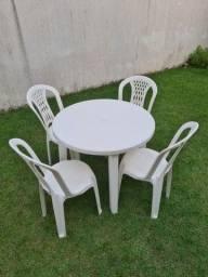 Título do anúncio: Mesa com 4 cadeiras de plástico