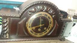 Relógio de mesa em madeira.