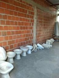 Vasos sanitário e pia de banheiro