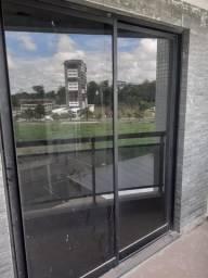 Portas de vidro com estrutura de alumínio
