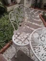Conjunto chinês com 2 cadeiras e mesa de ferro