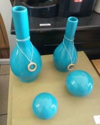 Enfeites (vasos e bolas) em perfeito estado de conservação.<br>