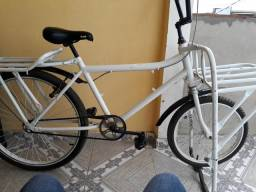 Bicicleta cargueira com os dois pneus novos dispenso curiosos só interessados