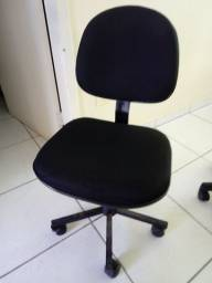 Cadeira estofada com rodízio.