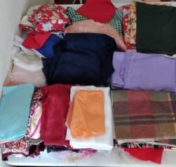 Retalhos de tecido e tecidos inteiros e fitas grega