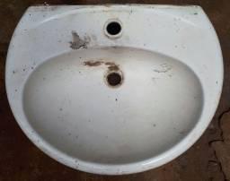 Lavatório e bacia de banheiro