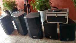 Caixas de som e mesa de som