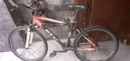 Bicicleta vermelha e preta gtx pro m5 com capacete