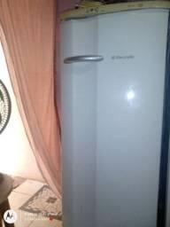 Título do anúncio: Vendo essa geladeira com defeito
