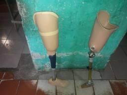 2 próteses de perna do lado direito