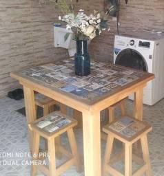 Mesa com azulejo e 4 banquetas