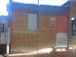 Um barraco de madeira.