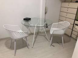 Mesa de vidro branca com cadeiras