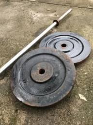 Barra de ferro com 2 anilhas de 15 kg