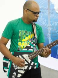 Quer tocar guitarra ou violão em sua igreja?
