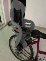 Cadeirinha de bicicleta com o bagageiro