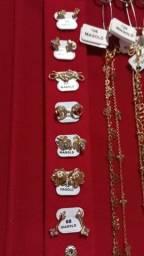 Brincos pulseiras cordões anéis