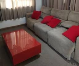 Sofá retrátil grande com mesa de centro e almofadas de brinde