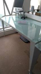 Mesa de escritório com pés em metal e tampo de vidro