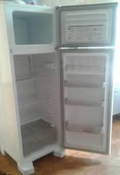 Vendo uma geladeira semi nova esmaltec