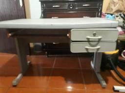 Mesa com duas gavetas em bom estado de conservação