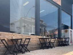 Restaurante mobiliado, equipado e em pleno funcionamento.