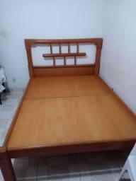 Linda cama de casal em madeira maciça