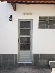 Aluga-se kitnet atrás do Hotel de Trânsito (bairro Alambari).