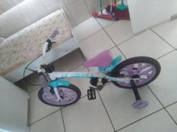 Título do anúncio: Bicicleta infantil feminina aro 12 conservada e um patinete feminino.