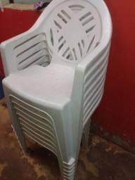 8 Cadeiras de plástico com mesa 2 mesas