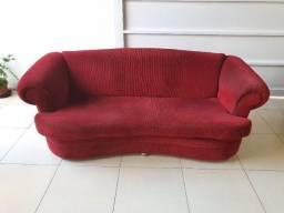 Sofá de 3 lugares vermelho conservado com pés que facilitam a limpeza