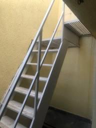 Escada de ferro com patamar e corrimão. Com antiderrapante