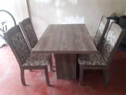 Torro Mesa com 04 cadeiras.