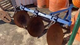 Arado 3 discos e Sulcador 1 linha.