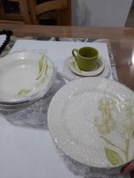 Conjunto de pratos e xícaras
