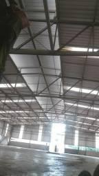 telhados galvanizados e coloniais.