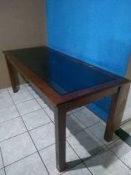 Vendo uma mesa de vidro pé todo de madeira boa uma mesa pra dura cem ano